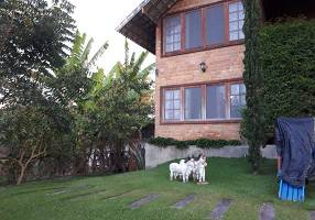 Casa com 4 Quartos para alugar, 210m²