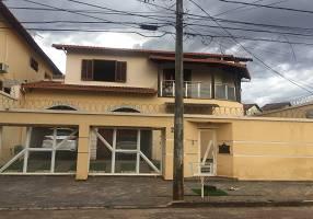 Casa com 6 Quartos à venda, 326m²